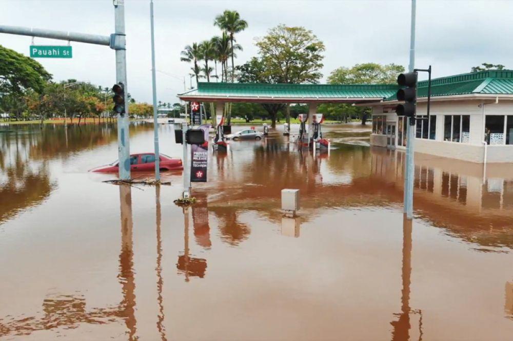 Затопленные улицы в прибрежном городе Хило в штате Гавайи.