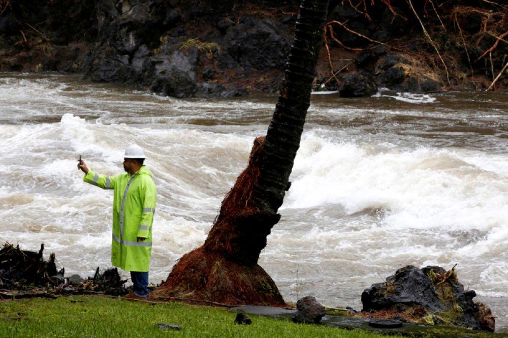 Затопленные улицы в Хило в штате Гавайи.