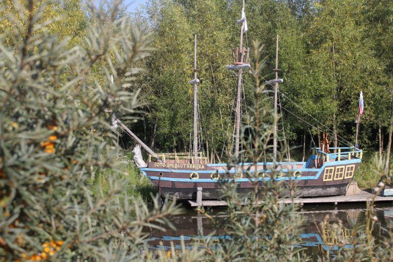 У маленькой пристани стоит мини-копия корабля