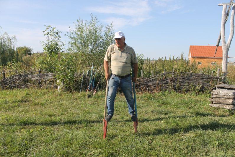 Гости музея могут принять участие в русских забавах - погулять на ходулях