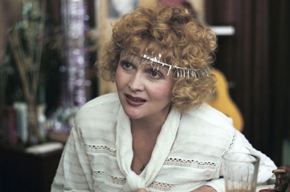 С начала 1990-х актриса все меньше снималась и репетировала. «Аэлита, не приставай к мужчинам» (1988).