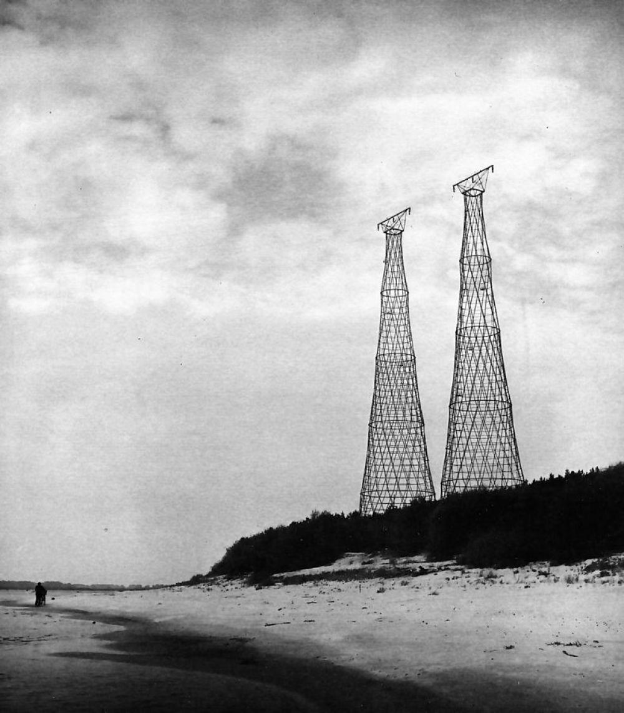 В 1927-1929 годах Шухов, принимая участие в реализации плана ГОЭЛРО, построил три пары сетчатых многоярусных гиперболоидных опор перехода через реку Оку ЛЭП НиГРЭС в районе города Дзержинска под Нижним Новгородом. В настоящее время из шести башен сохранилась лишь одна.