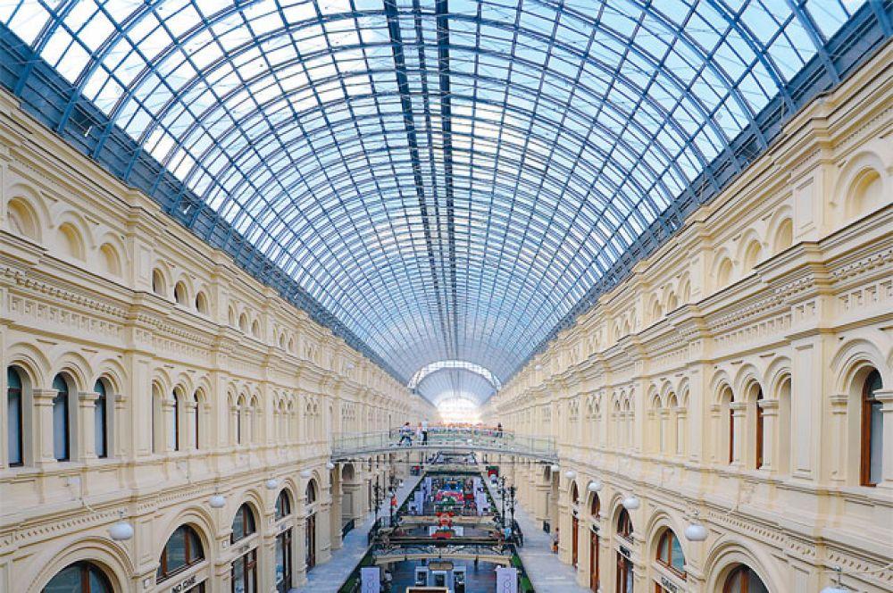Именно Шухов изобрел арочные конструкции покрытий с тросовыми затяжками. Мы до сих пор восхищаемся шуховскими стеклянными сводами над крупнейшими московскими магазинами.