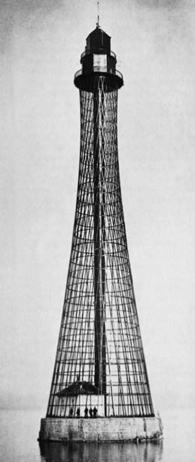 После выставки по проектам Шухова началось строительство подобных башен во всех концах империи. 70-метровый сетчатый стальной Аджигольский маяк под Херсоном — самая высокая односекционная гиперболоидная конструкция инженера.