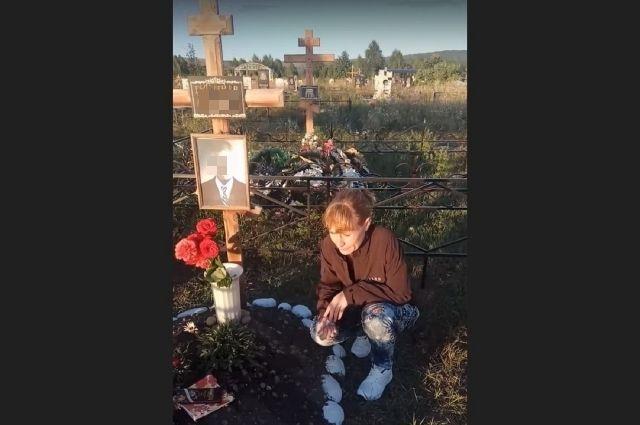 Ирина часто приходит на могилу сына.