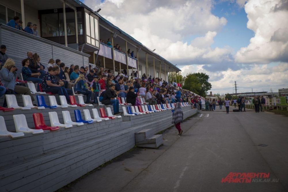 Болельщики и любители конного спорта поддерживали участников.