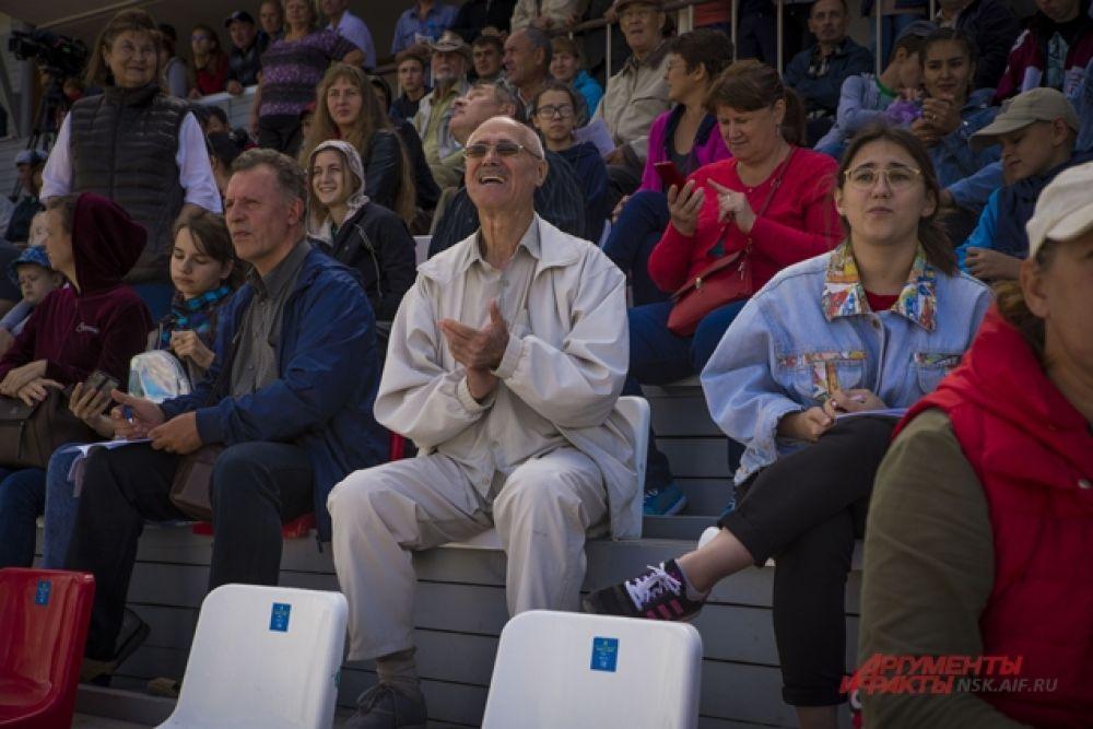 Публика восторженно следила за соревнованиями.