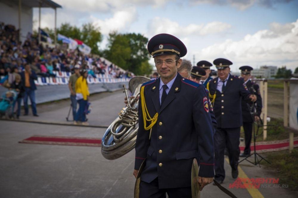Оркестр с музыкальными инструментами сопровождал соревнования.