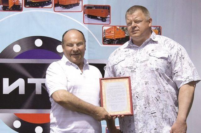 Генеральный директор предприятия Сергей Медведенко принимает поздравления на торжественном мероприятии в честь двухлетия завода.