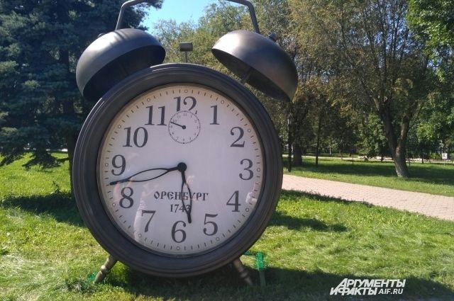 В Оренбурге в огромном будильнике нашли лишние минуты.