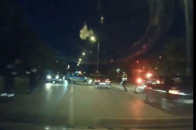 Несколько экипажей ДПС гнались за лихачом по городу.