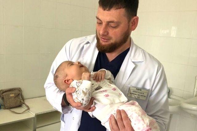 Перед операцией врач разговаривает даже с самыми маленькими.