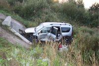 Автомобиль вылетел в кювет и опрокинулся.