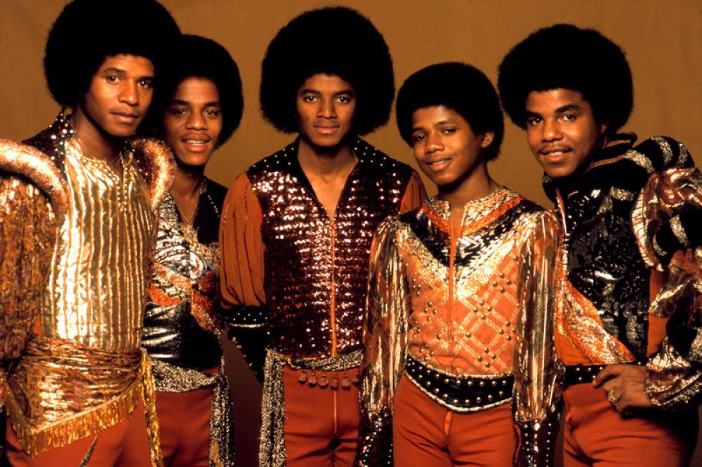 Майкл в составе группы «The Jacksons», где он выступал вместе с братьями Джеки, Тито, Джермейном и Марлоном.