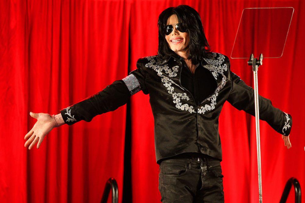 Майкл Джексон во время пресс-конференции, где он объявил о своем возвращении на сцену. 2009 год. Запланированный тур не состоялся по причине смерти певца.