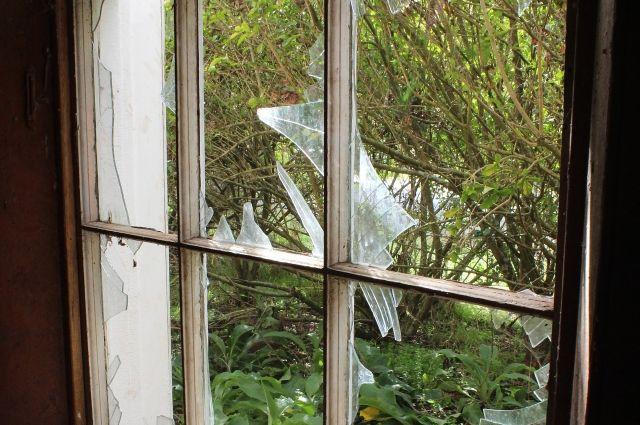 Калининградец из ревности разбил окна в доме соперника.