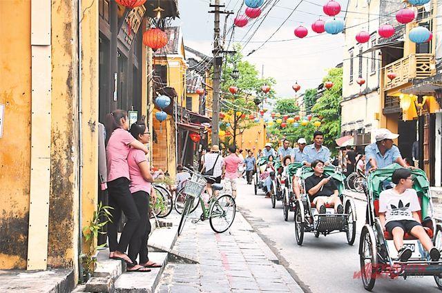 Велорикши в городе Хойань катают туристов из США - потомков бывших сторонников проамериканского режима в Южном Вьетнаме, после падения Сайгона в 1975 году сбежавших в Америку.