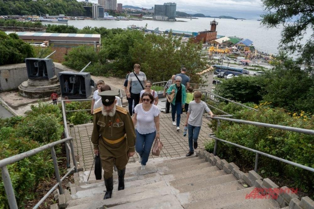Знаменитая батарея расположена в историческом центре Владивостока.