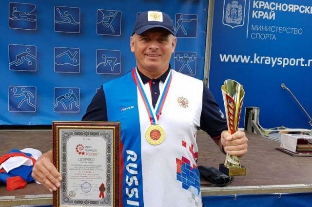 Пловец из Алтайского края Олег Чекушкин
