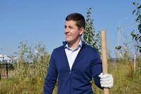 Дмитрий Артюхов помог волонтерам высадить деревья в центре Салехарда