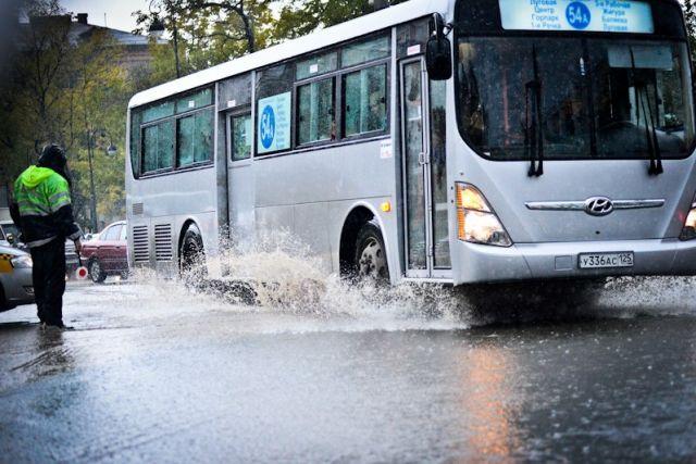 Дороги городов превращались в бурные реки.