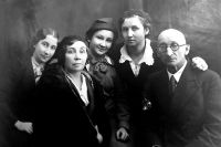 Супруги Бобровы родили трёх дочерей - Нину, Елену и Ольгу, и все они пошли по стопам родителей - посвятили жизнь врачебному делу.