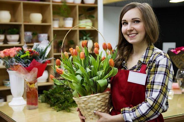 Срок жизни цветочной композиции напрямую зависит от того, насколько тщательно флорист подготовил цветы и основу.