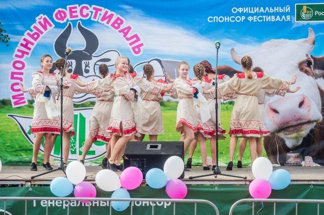 Участницы музыкальных коллективов закружили зрителей в танце