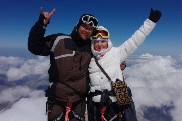 Галина с сыном Александром на вершине самой высокой горы Европы.