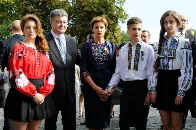 Петр и Марина Порошенко с детьми Евгенией (слева), Михаилом и Александрой