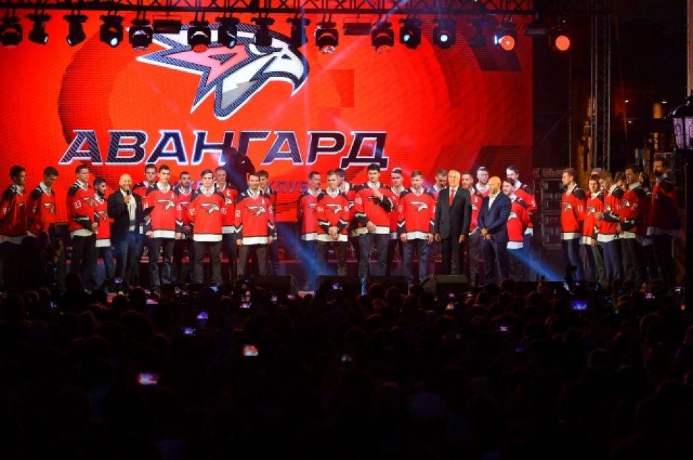 Все игроки в форме с новым логотипом клуба.