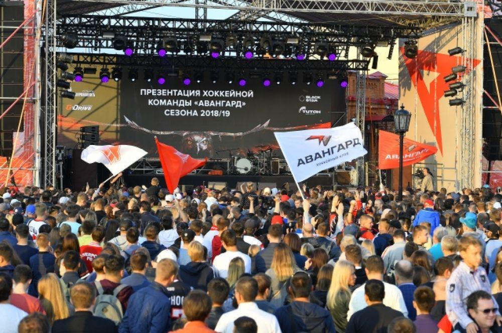 "Над фанатами развеваются флаги с обновлённым логотипом ""Авангарда""."
