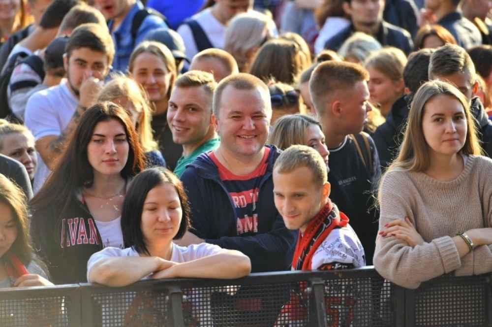 Омские болельщики ждут любимую команду.