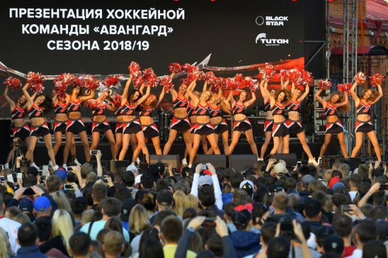 На сцене группа поддержки клуба