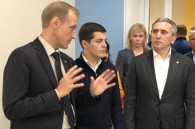 Александр Моор и Дмитрий Артюхов оценили готовность школы в Ямальском-2