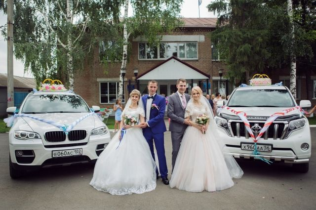 В Шарлыке в один день поженились братья-близнецы.