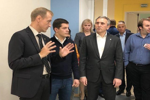 Александр Моор и Дмитрий Артюхов оценили школу в тюменском мкр Ямальский-2
