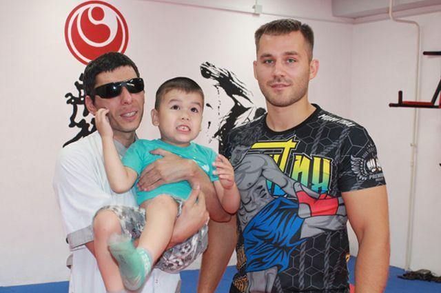 Лев Алимов (справа) выздоровел и теперь помогает особенным детям вместе с массажистом Русланом.