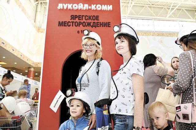 Посетители выставки с удовольствием фотографировались у макета шахты, который организаторы установили в центре площадки.