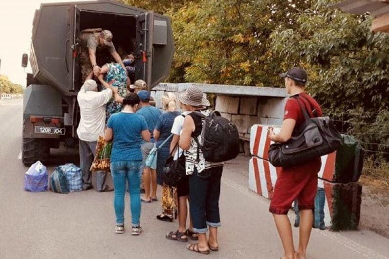 Пограничники на спецтранспорте эвакуировали в безопасное место всех людей, которые прибывали с неподконтрольной Киеву территории.
