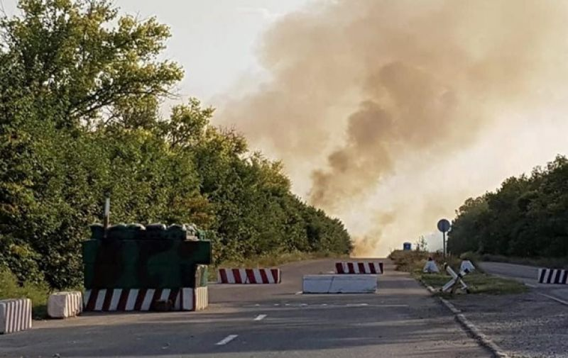 От огня детонируют минно-взрывные заграждения, а также неразорвавшиеся боеприпасы.