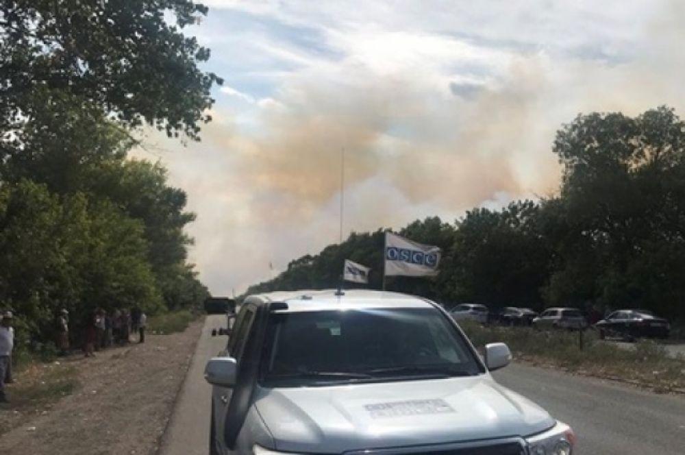 Вблизи контрольного поста Березовое-2 продолжает гореть сухая трава.