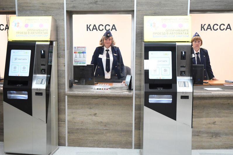 Расплачиваться в метро можно как наличными, так и банковской картой.