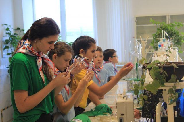 В эколого-аналитической лаборатории школьники узнали, как обнаружить вредные вещества в воздухе.