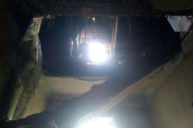 За два месяца после ЧП потолок в квартире так и не восстановили.