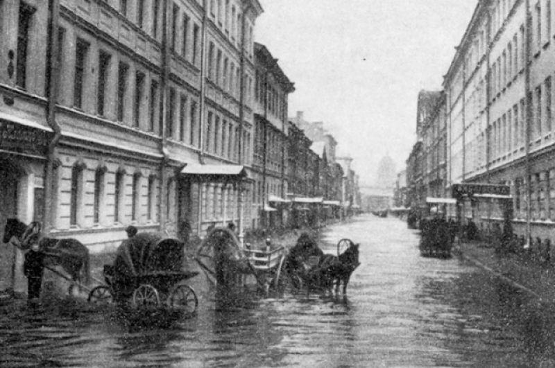 Чаще всего наводнения в Петербурге происходили осенью: с сентября по декабрь. В 1903 году 25 ноября подъем воды составил 258 см над ординатором. Это было 183-е наводнение в истории города. О его последствиях можно судить по множеству открыток, изображавших город во власти стихии.