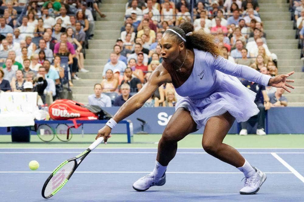 Американка Серена Уильямс играет против Карин Виттхёфт из Германии на Открытом чемпионате США по теннису, Нью-Йорк.