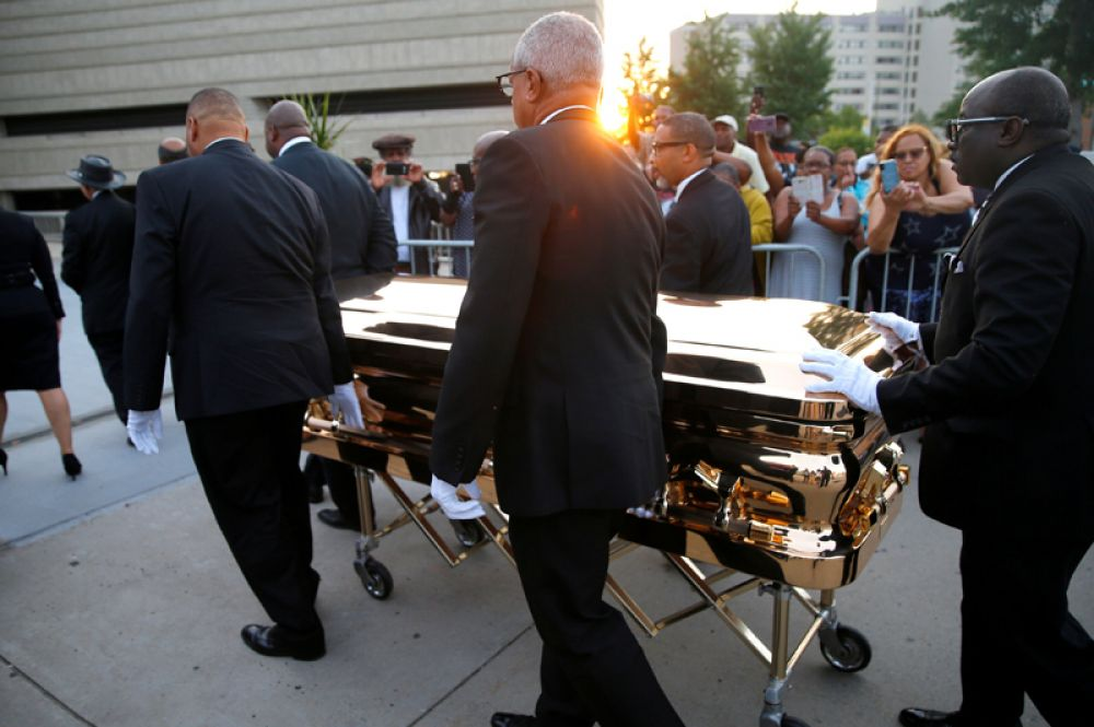 Служащие везут гроб с покойной певицей Аретой Франклин в Музей истории афроамериканцев Чарльза Райта, где в течение двух дней будет организовано публичное прощание, Детройт, США.