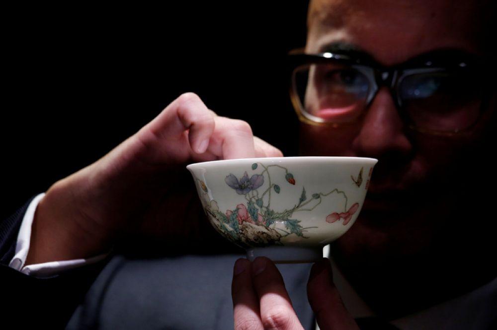 Фарфоровая чаша с маками времен династии Цин на предварительном показе перед осенней распродажей аукциона Sotheby's, Гонконг, Китай. Ожидаемая цена лота — свыше 25,6 млн долларов.