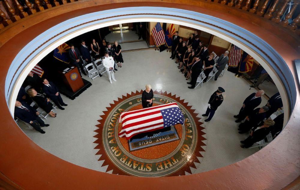 Вдова сенатора Джона Маккейна Синди во время поминальной службы в Капитолии штата Аризона в Финиксе, США.